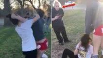 Sua figlia prende a pugni una compagna di scuola: la reazione della madre è scioccante