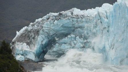 Il ghiacciaio si frantuma davanti ai turisti: il raro e impressionante fenomeno in Argentina