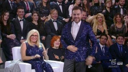 Daniele Bossari indossa l'abito di paillettes di Mara Venier