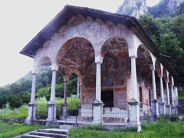 https://commons.wikimedia.org/wiki/File:Roccapietra,_Cappella_della_Madonna_di_Loreto_01.JPG