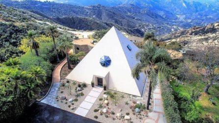 Gli interni di questa piramide sulle colline di Malibu vi stupiranno