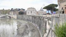 Roma, le banchine del Tevere invase dal fango