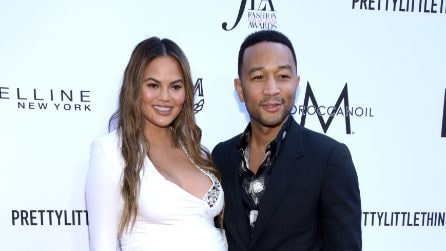 Chrissy Teigen mette in mostra il pancione sul red carpet