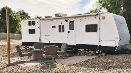 Comprano un vecchio camper e lo trasformano in un'incredibile casa per 5 persone