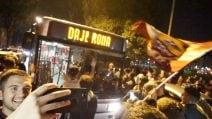 """Roma-Barcellona, sul bus c'è scritto """"Daje Roma"""". E c'è chi salta sul tetto"""