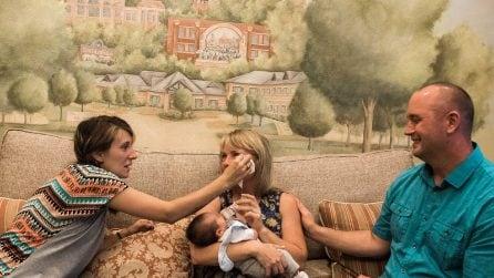 Abbraccia il figlio per la prima volta: la madre naturale asciuga le lacrime della madre adottiva