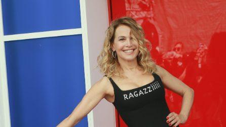 """Barbara D'Urso indossa il tubino """"Ragaziiiii"""" per il photocall del GF"""