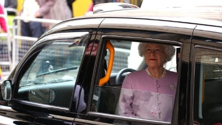 La regina Elisabetta in rosa fuori la clinica per il Royal Baby