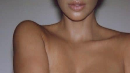 Kim Kardashian posa nuda ricoperta di gesso bianco