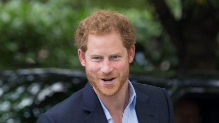 Tutti i completi blu del principe Harry