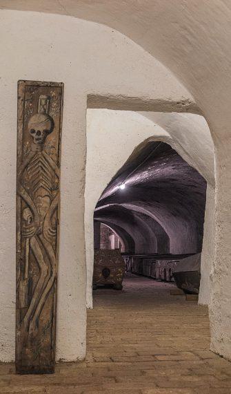 """Aperta solo il giorno di Ognissanti, la cripta della chiesa francescana è la più antica di Vienna: risale verosimilmente al 1370. La prima sala contiene le urne funerarie dei monaci perfettamente allineate le une accanto alle altre, mentre la parte inferiore contiene lunghe file di tombe. Questo luogo aveva un tempo il soprannome di """"cripta degli orrori"""" poiché vi giaceva alla rinfusa un coacervo di bare rotte e schiacciate, ossa e pezzi di cadaveri mummificati."""