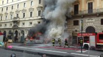 Autobus in fiamme in via del Tritone a Roma, paura tra i cittadini