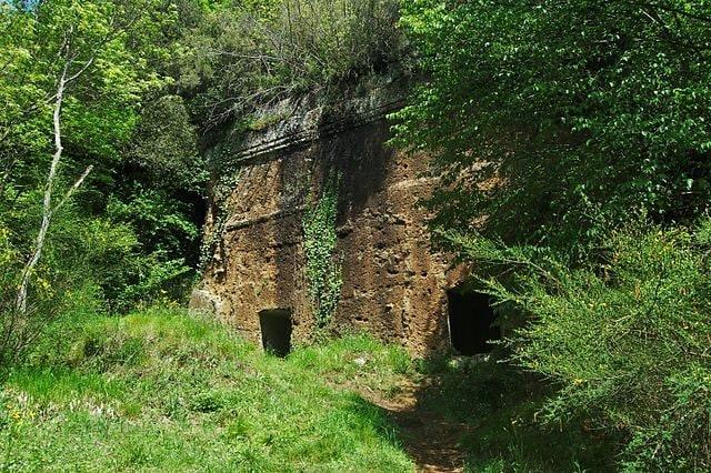 https://commons.wikimedia.org/wiki/File:Tombe_etrusche_presso_il_Parco_Regionale_Marturanum_a_Barbarano_Romano.JPG