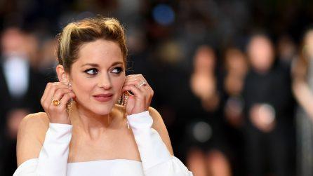 Marion Cotillard perde l'orecchino Chopard sul red carpet a Cannes