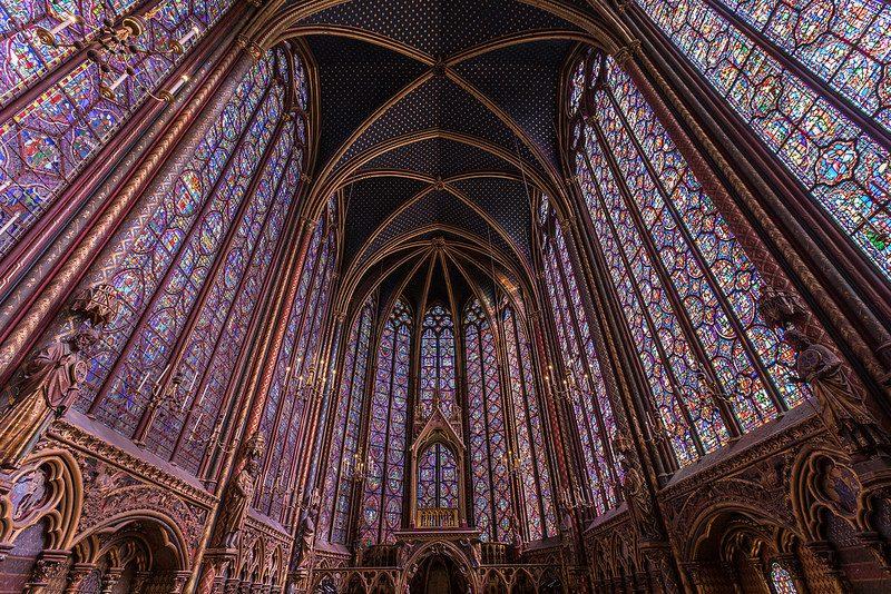 """La Sainte-Chapelle diParigi, definita il """"gioiello del periodo gotico del Rayonnant"""", famosa per le sue quindici vetrate colorate."""