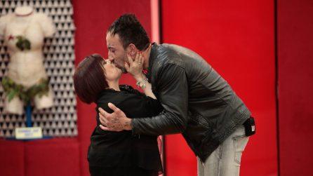 """La Pezzopane abbraccia Simone al Gf15 e a Favoloso dice: """"Brutto è chi non apprezza la diversità"""""""