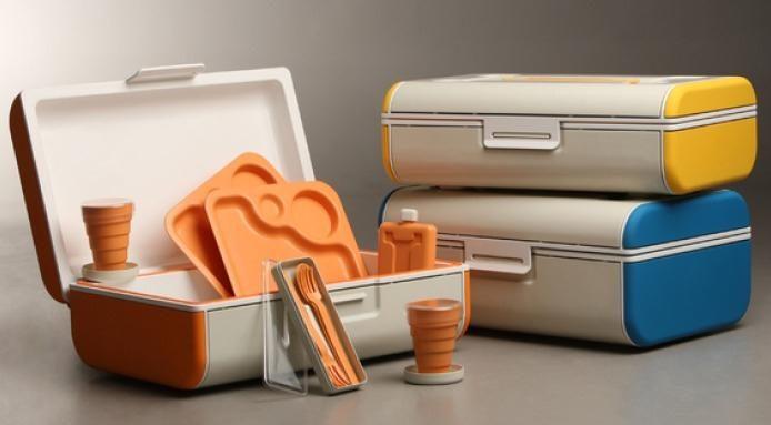 Il designer australianoPeichun Lee ha reinventato i classici cesti da picnic con suoicestini PiqueNiqueche sono compatti, di forma rettangolare e fatti di plastica, simili a piccole valigie che altro, tutti dotati di utensili di plastica, tra cui tazze pieghevoli e piatti sezionati.