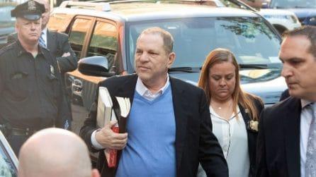 Harvey Weinstein si consegna alla polizia di New York per rispondere delle accuse di molestie sessuali