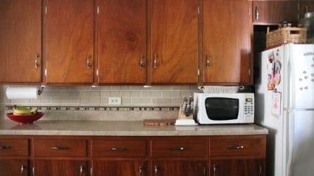 La vecchia cucina va rinnovata: la famiglia si mette all'opera e la trasforma completamente