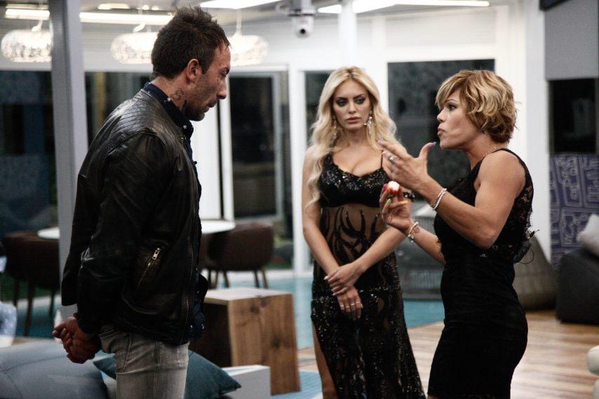 Elena Morali e Floriana Secondi hanno accusato Simone Coccia di aver inviato loro messaggi e foto spinte. Il gieffino ha tiepidamente confermato la cosa.
