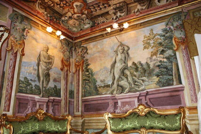 L'edificio fu fatto edificare nel XVII secolo dalla famiglia Niglio originaria del Cilento, probabilmente dal primo Niglio arrivato a Frattamaggiore nei primi anni del Seicento, il notaio Carlo Francesco. Trasmesso per via femminile, è rimasto da allora sempre abitato dalla stessa famiglia.