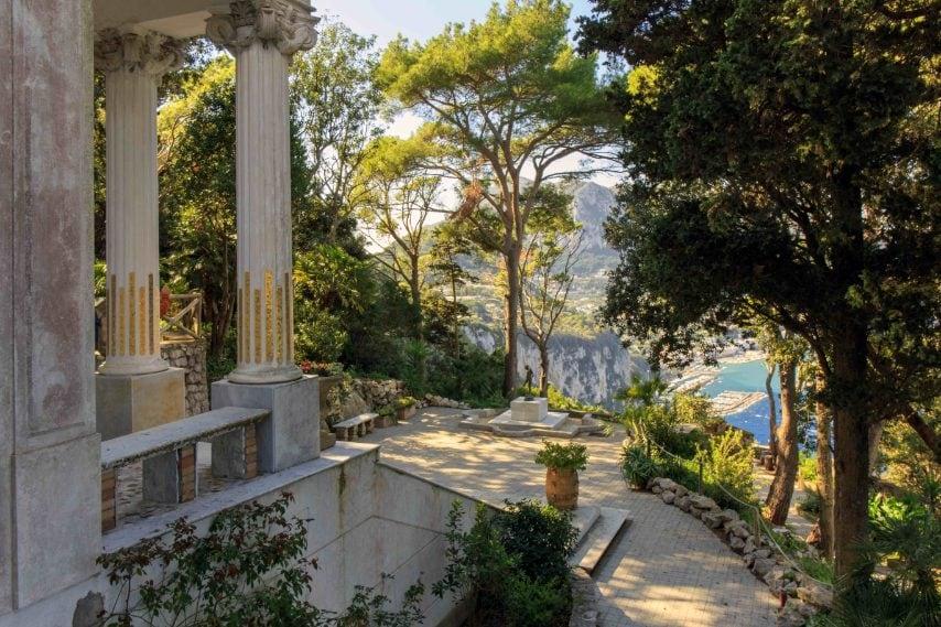 Il progetto dell'intera Villa, chiamata inizialmente La Gloriette e successivamente intitolata a Lysis (nome derivante da Liside, giovane discepolo di Socrate o da lys, giglio in francese), fu messo a punto da Edouard Chimot, scenografo e incisore, su incarico del Conte Jacques Adelsward de Fersen, suo amico. Fino agli anni '20 del XX secolo il conte dandy e la Villa furono al centro della vita culturale e mondana di Capri. Ma nel novembre del 1923 Fersen si suicidò.