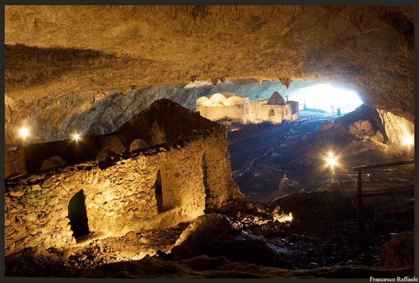 Situato a 650 metri di altezza in un paesaggio verdeggiante eccezionale, il santuario di San Michele Arcangelo è uno dei complessi rupestri paleocristiani più affascinanti d'Italia. Il santuario è costituito da cinque cappelle (VIII-XI secolo) edificate in una cavità profonda 900 metri, larga 50 e alta 40. Ai piedi della grotta, si sale una lunga scala e si arriva proprio di fronte alla cappella di San Michele, mirabilmente decorata con affreschi del X secolo.