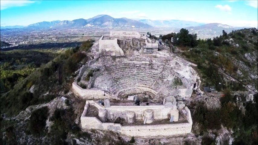 Costruito su una terrazza artificiale scavata nel fianco della montagna a 409 metri di altezza, il teatro-tempio di Pietravairano è circondato da una cinta muraria megalitica. Se, nonostante gli scavi tuttora in corso, la divinità venerata in questo santuario è ancora sconosciuta, quest'ultimo è considerato uno degli esempi più straordinari dell'architettura greco-romana tipica dell'Italia meridionale. Il complessoè stato scoperto da un appassionato di aviazione mentre sorvolava la zona nel 2001