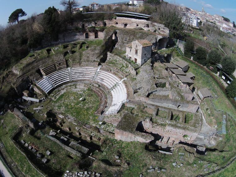 Il teatro romano di Teano, riaperto dopo un lungo periodo di chiusura, è uno spettacolare tesoro nascosto: sono visibili l'intera superficie della cavea e, poco oltre, la metà dell'edificio scenico. La sua prima fase architettonica risale all'ultimo ventennio del II secolo a.C. (120-100 a.C.); alla fine del II secolo d.C., la cavea fu ampliata e raggiunse un diametro di 85 m. circa. È il più antico teatro d'Italia la cui cavea era completamente sostenuta da un sistema di volte.