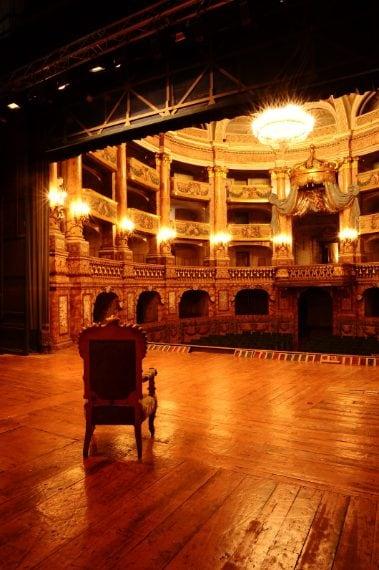 Il Teatro di Corte si trova nel braccio ovest della Reggia, ed è ispirato al San Carlo di Napoli. Quarantadue elegantissimi palchetti disposti su cinque ordini, che si affacciano su una pianta a ferro di cavallo, sono tutti decorati da figure di putti e festoni, ognuno diverso dall'altro. Il palco reale occupa in altezza tre ordini di palchetti. Alle spalle del palcoscenico delimitato dalle statue di Orfeo e Anfione, si cela una porta gigantesca che può essere aperta sul Parco, svelando un'incre