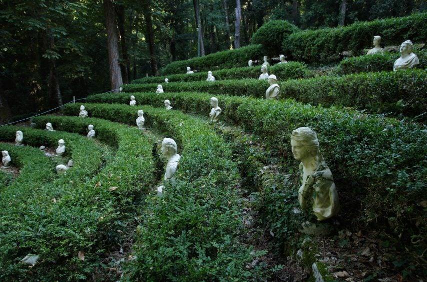 """Situato appena fuori dal centro storico di Valva (Sa), il parco di Villa d'Ayala si estende su 17 ettari. È costituito da un boschetto, due giardini all'italiana e da uno spettacolare """"teatro verde"""" costellato di teste scolpite di """"spettatori"""". Il parco è poi abbellito con statue, fontane, stagni, piccoli edifici e da più grotte, di cui una chiamata il """"covo dei mostri"""" ( con sculture terrificanti), che completano questo straordinario esempio di architettura all'aria aperta del XV secolo."""