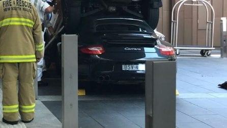 Deve parcheggiare una Porsche costosissima: ma commette un errore madornale