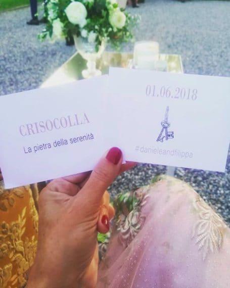 Il biglietto dato agli invitati con il nome del tavolo e l'hashtag