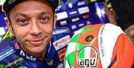 Valentino Rossi, casco sole-luna tricolore per il Mugello