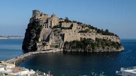 Ischia, il pontile del Castello Aragonese ne L'amica geniale di Elena Ferrante