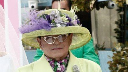 Cristiano Malgioglio vestito come la regina Elisabetta al GF
