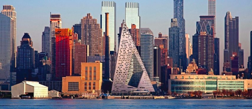 """L'ultimo vincitore dell'annuale Emporis Skyscraper Award per il miglior nuovo grattacielo dell'anno è lo spettacolare edificio residenziale VIA 57 West a New York, USA. L'edificio a forma di piramide è stato progettato dagli architetti danesi BIG-Bjarke Ingels Group e comprende 34 piani. Ad essere premiato è stato soprattutto il design di VIA 57 """"che apre nuovi orizzonti"""" e ha cambiato lo skyline di NY. L'edificio è a metà strada tra un blocco europeo e un classico grattacielo americano."""
