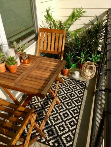 È consigliato inoltre riempire gli angoli vuoti con più fioriere che combinino verde e fiori in buon equilibrio per rendere il balcone più accogliente. Se pensi invece che il tuo balcone sia più piccolo del più piccolo dei balconi, puoi comunque organizzare un bel salotto nel tuo spazio esterno.