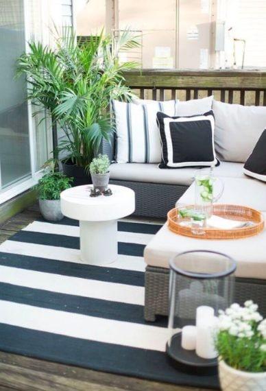 Dal tappeto al tavolino da caffè, così come i grandi cuscini e le tende, tutto contribuisce a rendere lo spazio più confortevole.Aggiungere inoltre qualche candela qua e là è sempre un'ottima idea per rendere le serate più luminose.