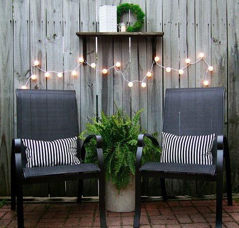 Non c'è bisogno di spendere tanti soldi per arredare il proprio balcone o terrazzino. A volte basta acquistare delle semplici sedie in plastica, verniciarle con uno spray, semmai in bronzo lucidato, aggiungere la giusta illuminazione e l'effetto scenografico è realizzato. Per l'illuminazione è sufficiente anche prendere una serie di palline da ping pong, opportunamente tagliate per inserire delle lucine in ognuna di esse.