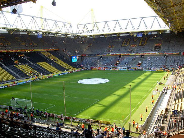 Sempre in Germania c'è il Parco di Iduna a Dortmund. La sede del Borussia Dortmund ha ospitato sei partite dei Mondiali 2006 tra cui anche la sconfitta della Germania contro l'Italia. Il Parco di Iduna a Dortmund è soprannominato il muro giallo per la particolare atmosfera che si crea all'interno. La sua caratteristica è la presenza, oltre i 63.000 posti a sedere, di un'area sottotribuna che rappresenta la più grande terrazza per gli spettatori in piedi nel mondo.