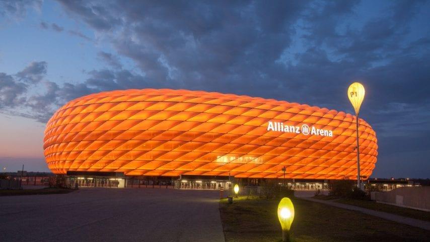 L'Allianz Arena di Monaco, progettato nel 2005 dallo studio svizzeroHerzog & de Meuron. La sede del Bayern Monaco è stato utilizzato per sei partite durante la Coppa del Mondo FIFA 2006, con una capienza di oltre 75.000 persone.Sono tre le sue caratteristiche principali: corpo illuminato che può cambiare aspetto e attorno;e l'interno che sembra un cratere e permette una visuale ottimale da ogni punto dello stadio.