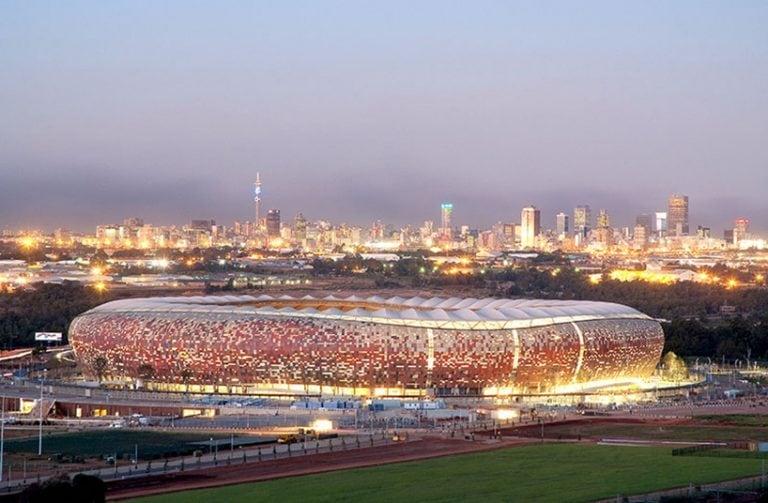 """Nel 2010 per la prima volta la Coppa del Mondo FIFA è stata ospitata in Sudafrica. Uno degli stadi più iconici è lo stadio FNB, il più grande stadio situato appena a sud di Johannesburg, che può ospitare 87.436 posti. Lo stadio è famoso per aver ospitato anche altri eventi importanti tra cui il discorso di Nelson Mandela nel 1990. Nel 2010 gli architetti mondo nel 2010, lo stadio ha subito un massiccio rinnovamento per Boogertman + Partnerlo anno rinnovatoed evoca un """"calabash"""" o """"pentola afri"""
