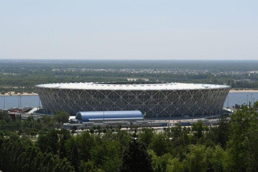 L'Arena Volgograd è costruita sul sito del memoriale di guerra di Mamayev Kurgan, ha una facciata a cono rovesciato e troncato e il tetto assomiglia ad una ruota di bicicletta.