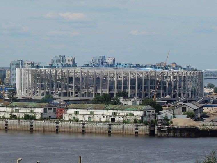 Lo Stadio di Nizhny Novgorod è stato progettato sul concetto di acqua e vento. La struttura semitrasparente della facciata di notte si illumina rivelando l'ariosità del progetto.