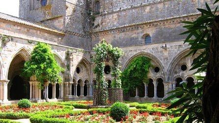 La splendida abbazia di Sainte-Marie de Fontfroide in Francia