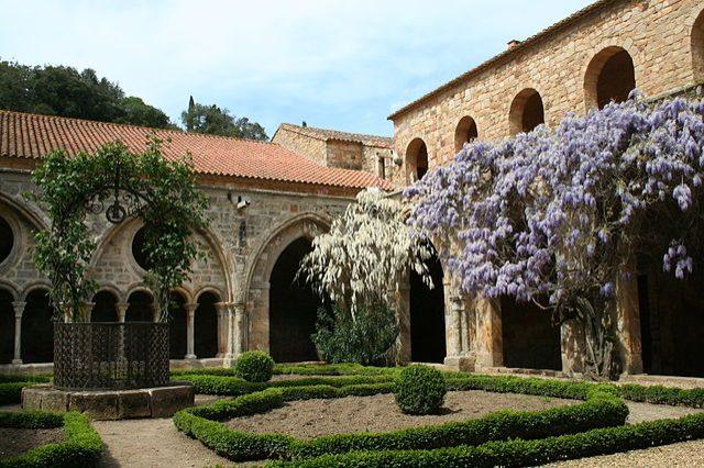 https://commons.wikimedia.org/wiki/File:Abbaye_de_Fontfroide_-_Narbonne_-_Aude_-_France_-_M%C3%A9rim%C3%A9e_PA00102787_(20).jpg
