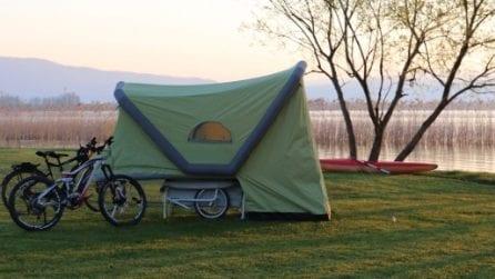 Ecco l'innovativo rimorchio da bici gonfiabile per un comodo rifugio ovunque si voglia
