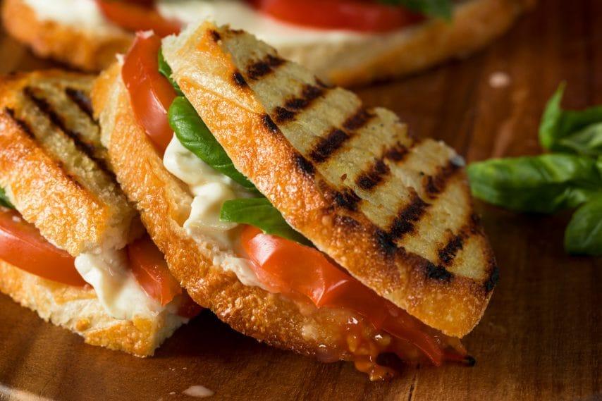 Panini leggeri con mozzarella e pomodori.