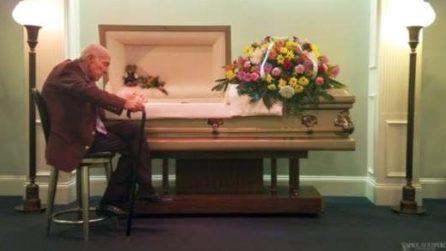 """""""So che non puoi sentirmi, ma ti amo"""": l'uomo dice addio alla moglie di 59 anni"""